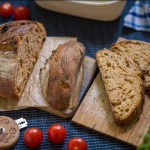 Bazsalikomos, aszalt paradicsomos kovászos kenyér